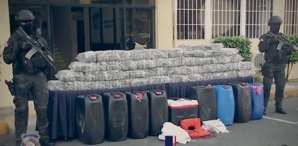 DECOMISAN 231 PAQUETES DE PRESUNTA COCAÍNA Y ARRESTAN A SEIS HOMBRES EN AZUA
