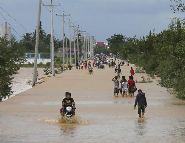 Tufão Koppu provocou inundações ao norte de Manila, capital das Filipinas, na manhã desta segunda-feira (19) (Foto: Bullit Marquez/AP)