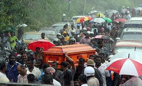 MAYAT Kugan diarak dalam suasana hujan lebat menuju krematorium di Batu 14 Puchong.