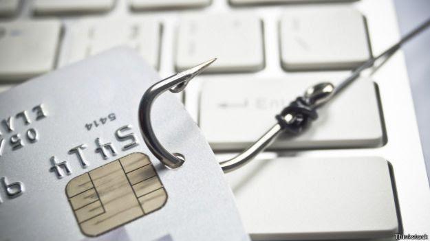 Tarjeta de crédito sobre un teclado.