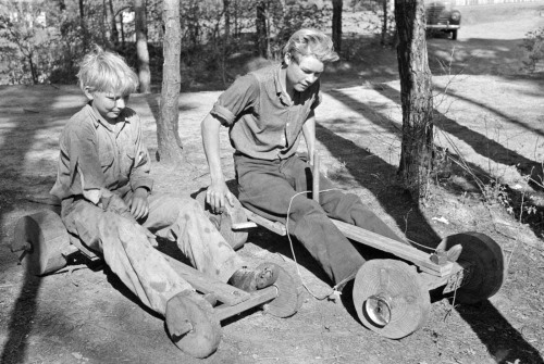 Hijos de Keymaker Migrante con scooters caseras, Jefferson, Texas, 1939. Porción Russell Lee