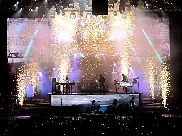 """Chuva de fogos durante a execução de 'November rain"""", em show da banda Guns N' Roses em Brasília (Foto: Lucas Nanini/G1)"""