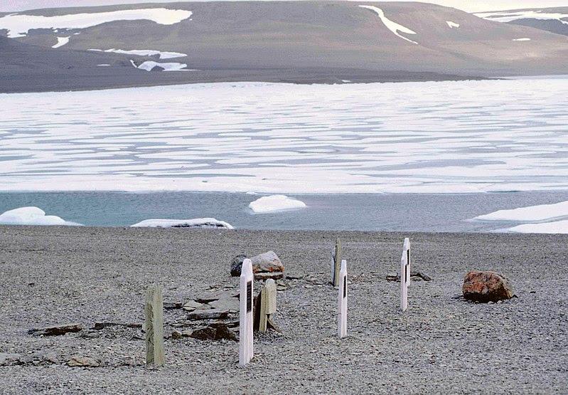 Archivo:Beechey Island Graves 2 1997-08-02.jpg