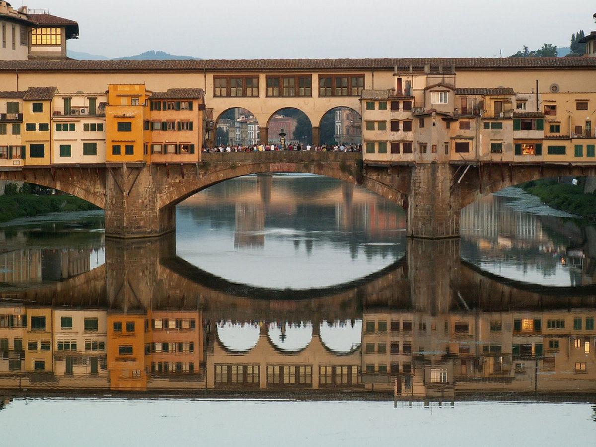 Ponte Vecchio: A Ponte Medieval cheia de lojas em Florença, Itália 06