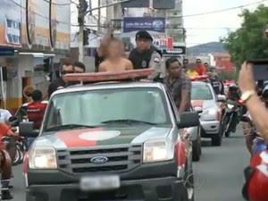 Polícia Militar desfilou em carro aberto com suspeitos, entre eles dois adolescentes, na cidade de Patos, Sertão da Paraíba (Foto: Reprodução/TV Paraíba)