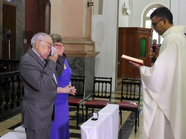 Casal ficou emocionado em cerimônia (Foto: Suelen Gonçalves/ G1 AM)