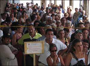 Cubanos durante el procesamiento de sus documentos para convertirse en españoles.