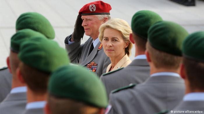 Verteidigungsministerin Ursula von der Leyen mit Soldaten beim Gelöbnis, Foto: dpa