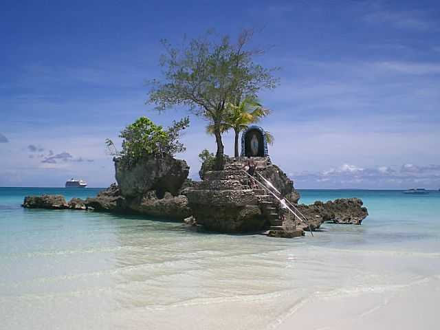http://www.nomad4ever.com/wp-content/uploads/2007/01/Boracay_Beach_with_Cruise_Ship_The_World.JPG