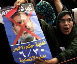 Opositores egipcios gritan eslóganes en contra del Gobierno, ante el palacio presidencial en El Cairo