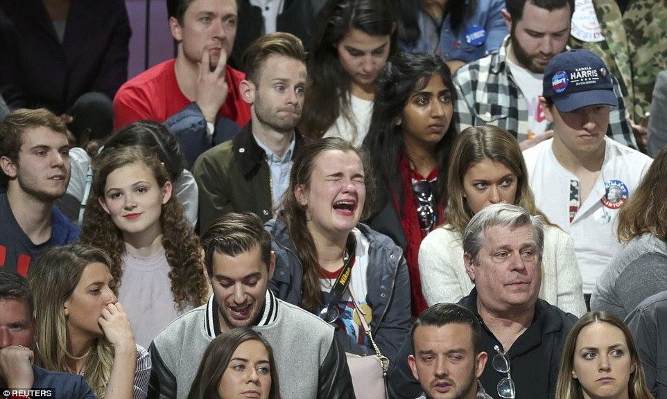 Um apoiante de Hillary Clinton chora abertamente na reunião da noite da eleição de Clinton em Manhattan como resultados eleitorais rolar na terça-feira