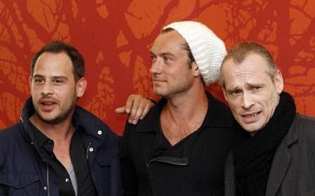 O ator alemão Moritz Bleibtreu, Jude Law e o ator austríaco Johannes Kirsch, no intervalo das filmagens.