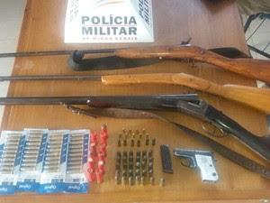 Armas foram apreendidas na casa do idoso (Foto: Polícia Militar/ Divulgação)