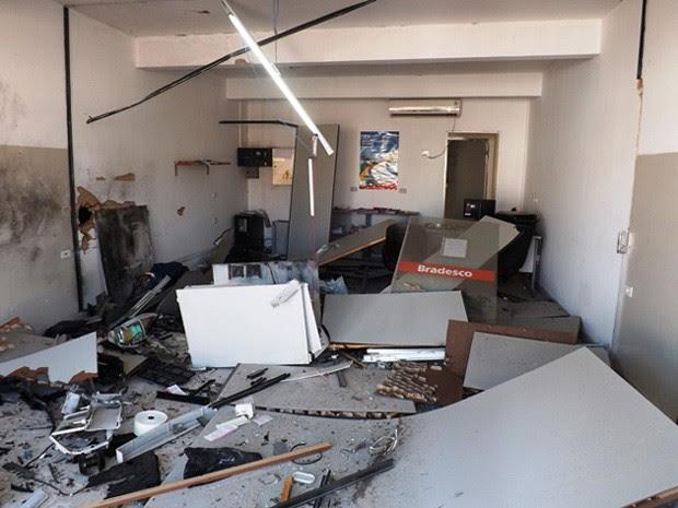 Homens explodem banco no centro de Novo Triunfo (Foto: Carlino de Souza / Divulgação)