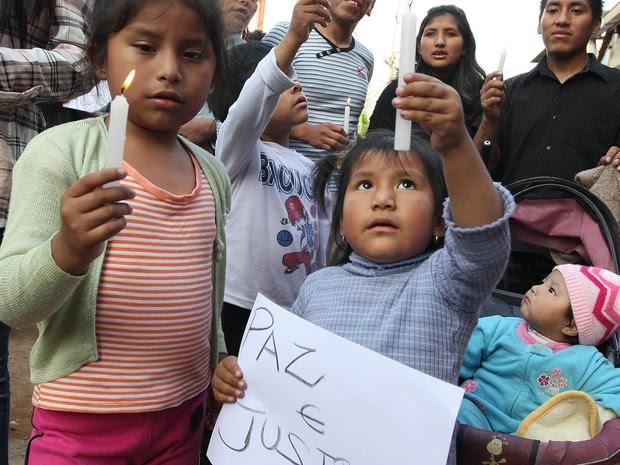 Crianças participam de protesto realizado por imigrantes bolivianos pedindo justiça em frente à residência da família do menino Bryan Yanarico   Capch, no Jardim São Rafael, na zona leste de São Paulo. (Foto: Epitácio Pessoa/Estadão Conteúdo)