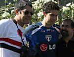 Uniformizado, Bonner vai ao treino do São Paulo, na Barra Funda, e posa para fotografia ao lado de Hernanes e Marco Aurélio Cunha