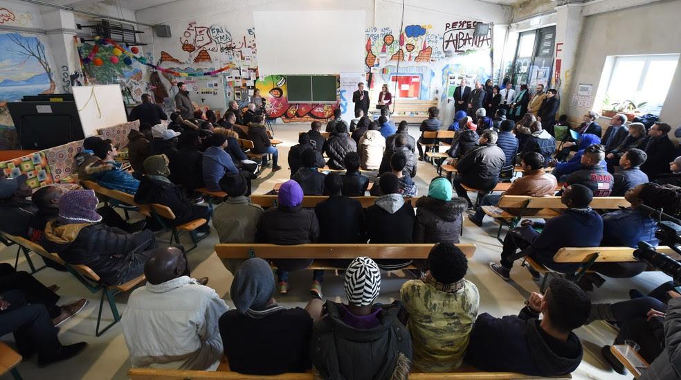 Foto de fevereiro de 2016 mostra imigrantes em uma aula para refugiados e requerentes de asilo em Munique, na Alemanha (Foto: Christof Stache/AFP)
