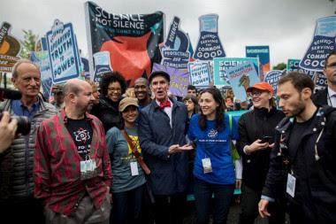 <p>Miles de personas se reunieron bajo el cielo nublado de Washington DC durante la Marcha por la Ciencia, en la que también participó el presentador y divulgador científicoBill Nye. / EFE</p>