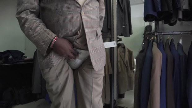 Para evitar os ataques, o empresário Barrack Oswere decidiu criar uma nova peça para o guarda-roupa dos beberrões: as cuecas de aço. Ele explica que, na maior parte do tempo, os ataques ocorrem quando os homens estão dormindo (Foto: BBC)