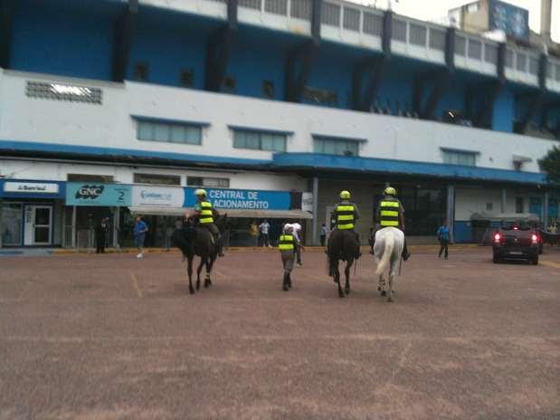Policiais retiram restos de paus que estavam nos arredores do Olímpico Foto: Daniel Favero / Terra