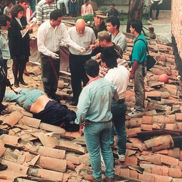 Em dezembro de 1993, Escobar foi baleado após tentar fugir do cerco montado pela polícia colombiana em Medellín (Foto: GQ Brasil)