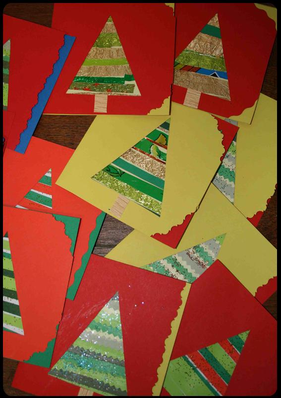 carte de voeux en forme de sapin à partir de bandes découpées dans différents papiers