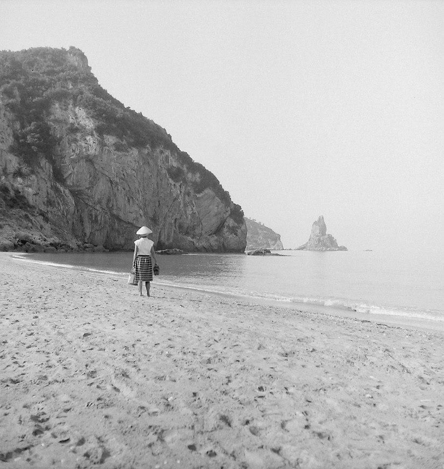 Η τότε έρημη παραλία του Αγιου Γόρδη στην Κέρκυρα, 1960