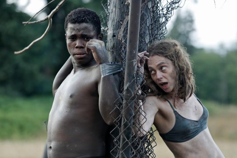 Ken (Mpho Koaho) y Bart (Fiona Dourif) en 'Dirk Gently'