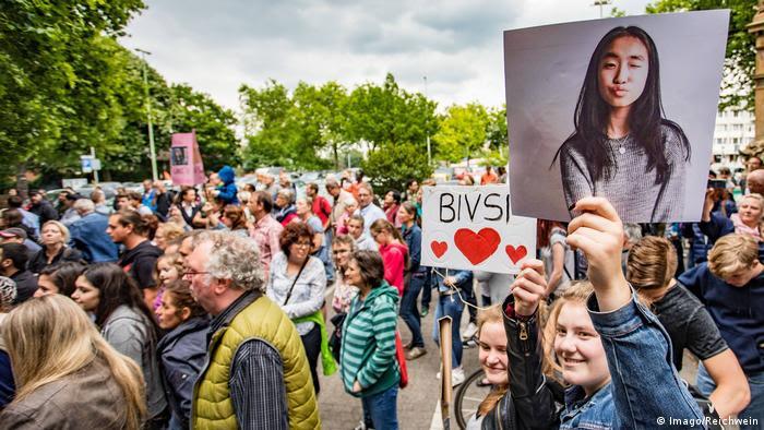 Deutschland Demonstration in Duisburg für die Rückkehr der abgeschobenen Schülerin Bivsi Rana (Imago/Reichwein)