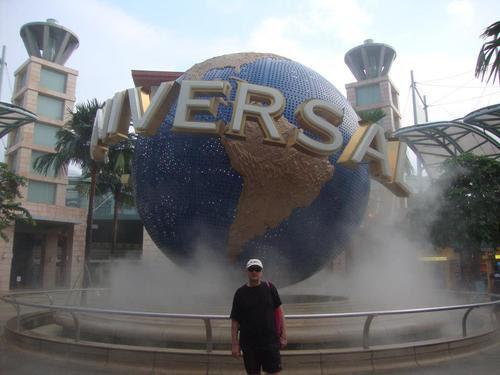 Пред увеселителния парк Universal Studios Singapore