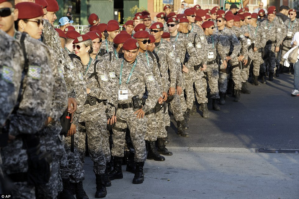 Em guarda: O militar brasileiro tem implantado em grande escala por causa de uma combinação de temores de segurança em torno terror, crime e desordem