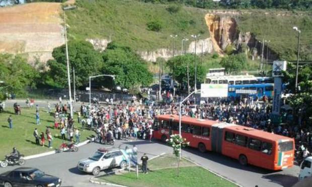 Passageiros impedem entrada e saída de ônibus no terminal / Foto: @diegomenor / Twitter
