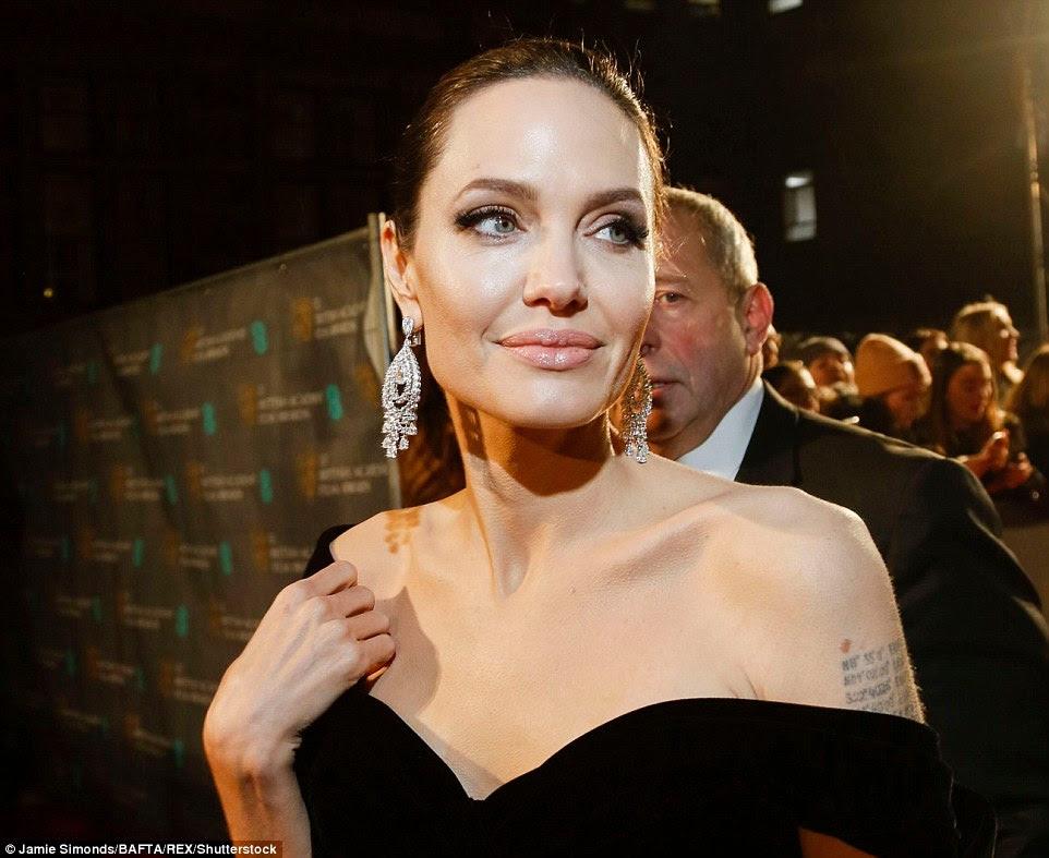 Nos detalhes: Ela acentuou sua famosa gagueira gorda com uma lâmina de batom nua, deixando sua beleza natural brilhar através de