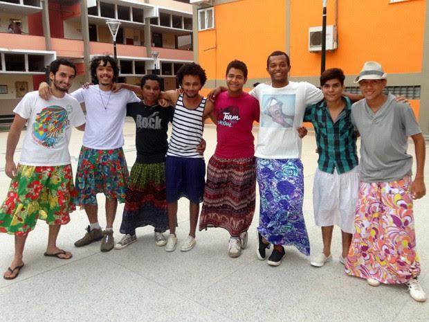 Estudantes de quatro cursos da UFMA utilizam saias para realizar protesto contra homofobia (Foto: Teresa Dias/G1)
