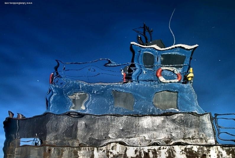 Отражение корабля в воде. Фото