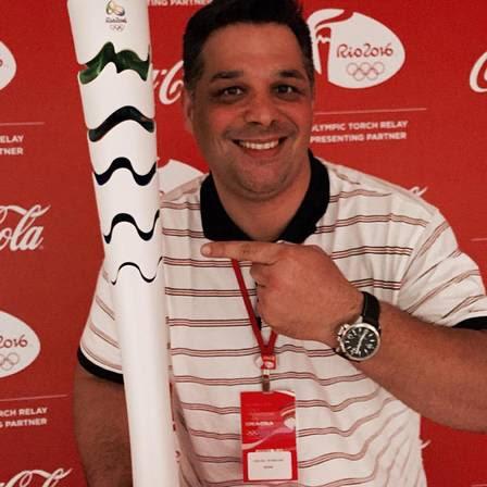 Carlos também esteve no voo que trouxe a chama olímpica da Suíça