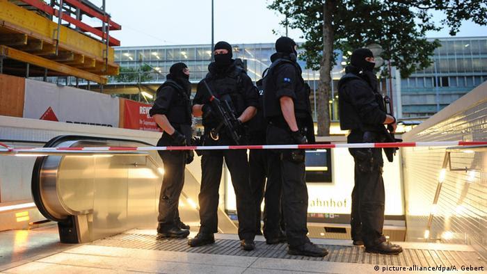 Polizisten mit Sturmhauben sichern einen U-Bahn-Eingang in München (Foto: dpa)