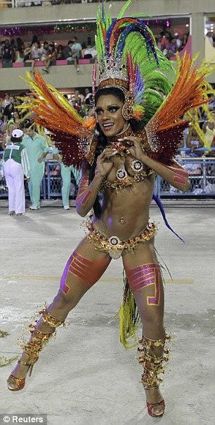 Batalha do bootilicious: A dançarina do samba Mocidade escola desfila na primeira noite do Carnaval anual e para a direita, rainha de bateria Ellen Rocche da Porto da Pedra escola de samba
