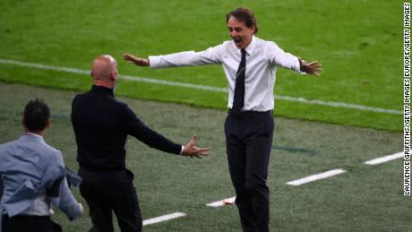 El técnico italiano Roberto Mancini celebra después de que Chiesa anotara el gol de Italia contra Austria.