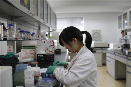 A researcher prepares medicine at a laboratory in Nanjing University in Nanjing, Jiangsu province in this April 29, 2011 file photo. REUTERS-Aly Song-Files