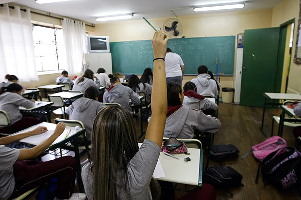 Alunos do 1º ano do ensino médio têm aula de matemática em SP