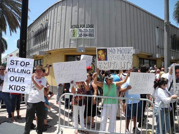 Cartazes em protesto contra a morte do grafiteiro Israel Hernández-Llach, em Miami; ele morreu após ser atingindo por um disparo de arma de choque (Foto: Paula Bustamante/AFP)
