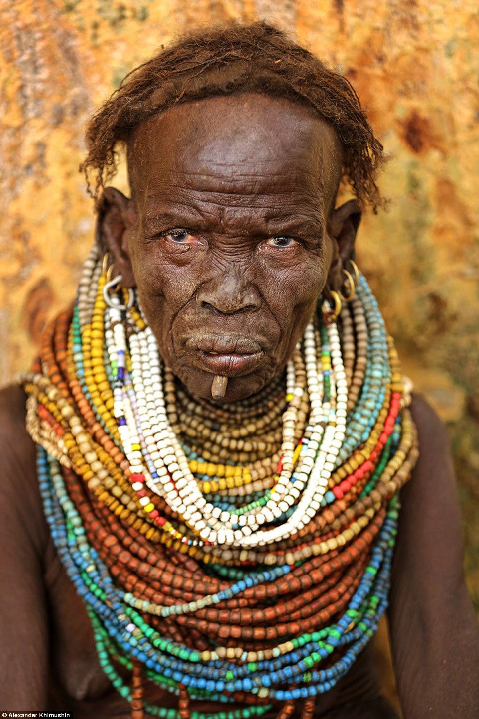 Em outra foto de uma mulher Nyangatom tribo idosos usa um colar frisado pesado, que ela provavelmente tem usado toda a sua vida.  Mulher Nyangatom usar um monte de diferentes esferas que tiveram desde que eram meninas jovens o primeiro é um presente de seu pai