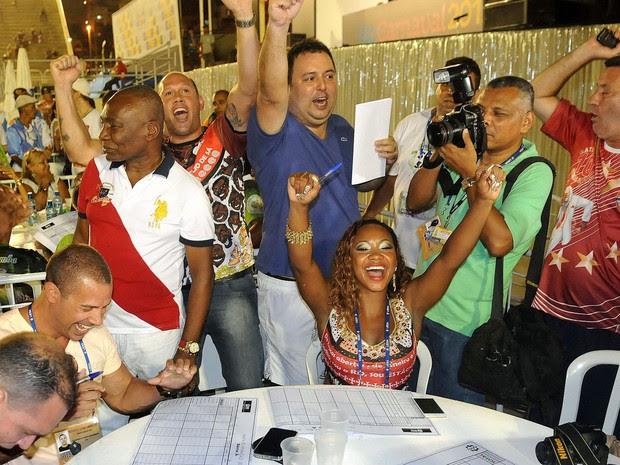 Integrantes da Estácio de Sá comemoram notas na apuração da Série A (Foto: Alexandre Durão/ G1)