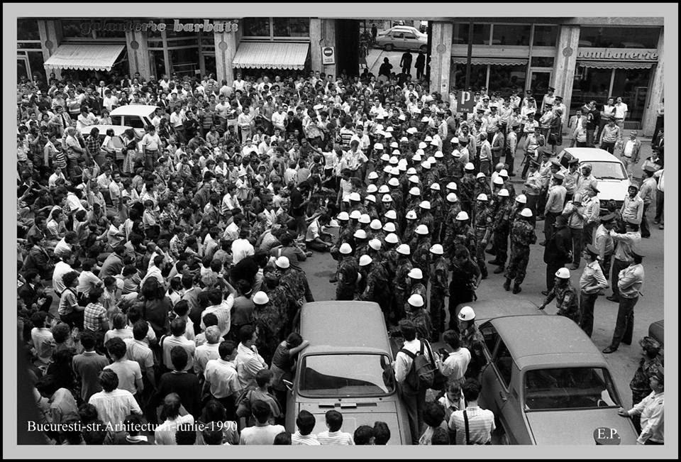 13 iunie 1990 - Trupe si manifestanti pe Str Biserica Enei - Arhitectura - Foto Emanuel Parvu