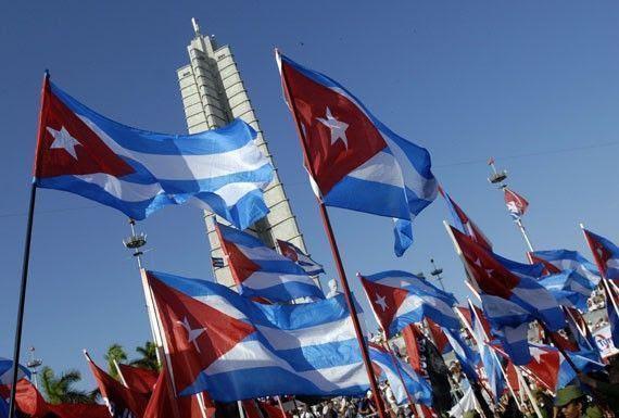 banderas-cubanas-en-la-plaza-de-la-revolucion