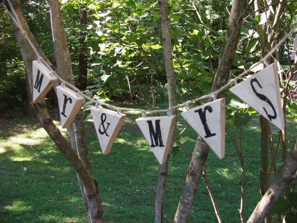 Mr and Mrs Hanging Wooden Banner Bunting Pendant Sign, Perfect for Sweetheart Table, Head Table, Photographer Photo Prop, Rehersal Dinner, Black Lettering