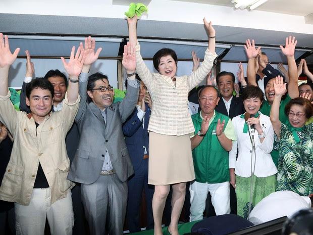 Yuriko Koike (centro) e seus apoiadores celebram sua vitória como governadora de Tóquio neste domingo (31)  (Foto: Jiji Press/AFP)