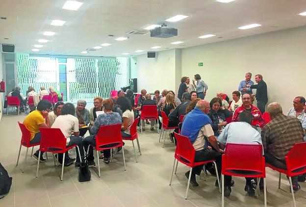 Participantes debatiendo en la primera reunión de esta edición, celebrada en el Espacio Palmera Montero.