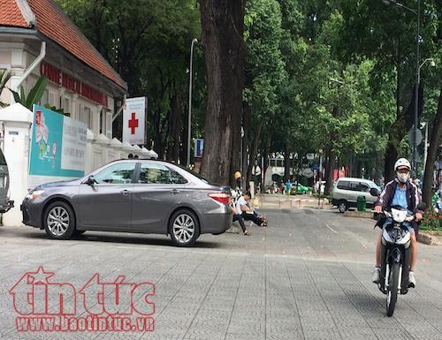 TP Hồ Chí Minh: Vắng bóng lực lượng chức năng, vỉa hè quận 1 'đâu lại vào đấy' - Ảnh 9.